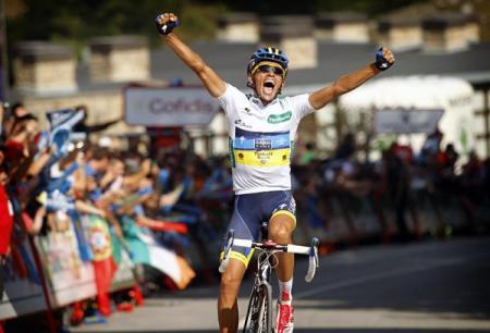 Contador cruzando la meta de Fuente Dé