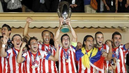La plantilla celebra el título de la Supercopa