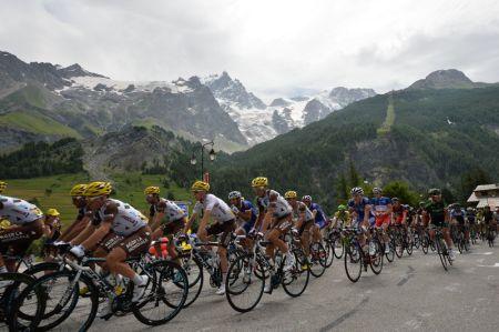 Preciosa imagen del pelotón en los Alpes
