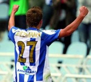 Griezmann celebra su primer gol con la Real