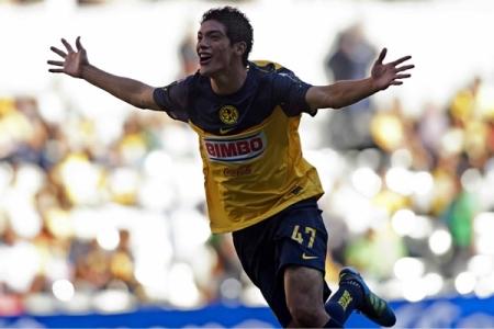 Raúl Jiménez celebra su primer gol como profesional