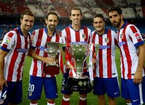 Gabi, Juanfran, Godín, Koke y Raúl con los trofeos de Liga y Supercopa