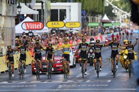 El Team Sky cruza victorioso la meta de los Campos Elíseos
